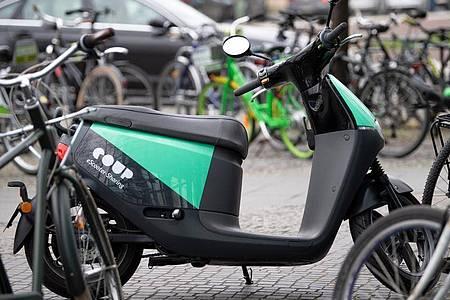 Die leisen und geruchlosen Elektro-Mopeds von Coup prägten vielerorts in den großen Städten das Straßenbild mit. Foto: Monika Skolimowska/zb/dpa