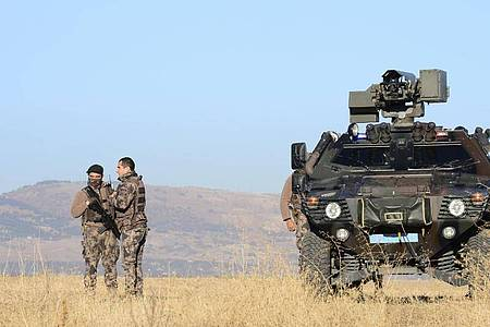 Bewaffnete Mitglieder einer Sondersicherheitseinheit stehen Wache außerhalb eines Luftwaffenstützpunktes, auf dem ein Gericht Urteile gegen Hunderte Beteiligte nach dem Putschversuch in der Türkei spricht. Foto: Uncredited/AP/dpa