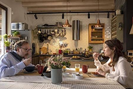 """Rainer Bock und Iris Berben als Ehepaar in dem TV-Film """"Mein Altweibersommer"""". Foto: Conny Klein/ARD Degeto/dpa"""