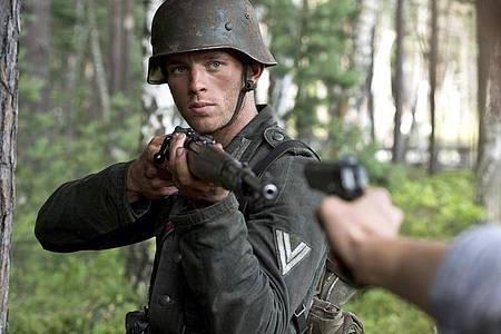 Walter Proska (Jannis Niewöhner) wird im Wald überrascht. Foto: NDR/Dreamtool Entertainment/dpa