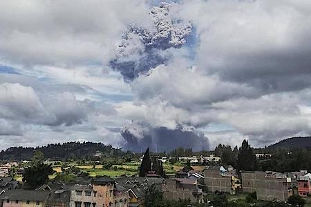 Der Vulkan Sinabung spuckt bei seinem Ausbruch Asche und Rauch in die Luft. Sinabung gehört zu den mehr als 120 aktiven Vulkanen in Indonesien. Foto: Sugeng Nuryono/AP/dpa