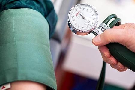 Das RKI schätzt Bluthochdruck als Risikofaktor bei einer Covid-19-Erkrankung ein. Da das Risiko aber auch mit dem Alter steigt, könnte eine erhöhte Bluthochdruck-Rate auch an der Alterskohorte liegen. Foto: Hauke-Christian Dittrich/dpa