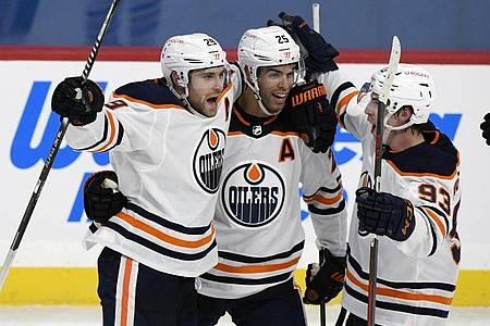 NHL-Star Leon Draisaitl (l) erzielte den entscheidenden Treffer für die Edmonton Oilers. Foto: Fred Greenslade/The Canadian Press/AP/dpa