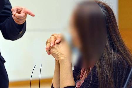 Die 61-jährige Hauptangeklagte im Prozess gegen fünf mutmaßliche Köpfe eines bundesweit agierenden Bordellrings mit Transsexuellen aus Thailand im Gerichtssaal. Foto: Jörn Perske/dpa