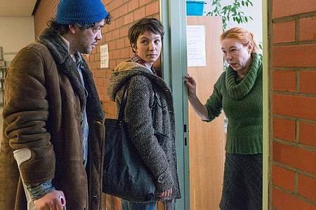 Lore Henning (Rike Eckermann, r) will schon die Türe schließen, aber auf Bitten von Ira (Julia Koschitz) nimmt sie sich Zeit für Konrad (Carlo Ljubek). Foto: Stephanie Kulbach/ZDF/dpa