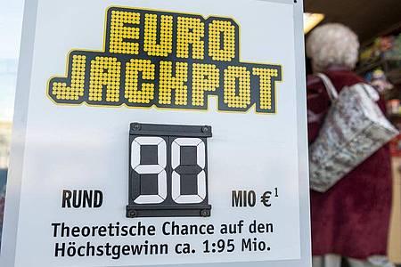 Bei den 90 Millionen Euro handelt es sich um den höchsten jemals in Nordrhein-Westfalen erreichten Lotteriegewinn. Foto: Patrick Seeger/dpa