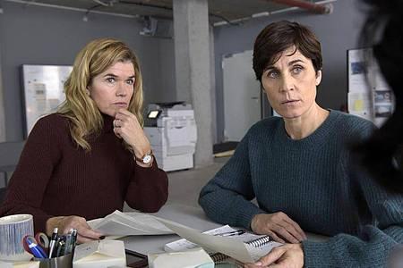 Karin (Anke Engelke, l) und Rommy (Nina Kunzendorf) recherchieren als investigative Journalistinnen. Foto: Christiane Pausch/ARD Degeto/dpa