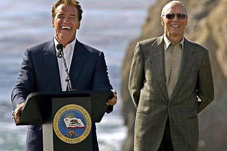 Sie sind Buddies:Clint Eastwood und Arnold Schwarzenegger. Und manchmal laufen sie zusammen Ski. Foto: epa Fiala/epa/dpa