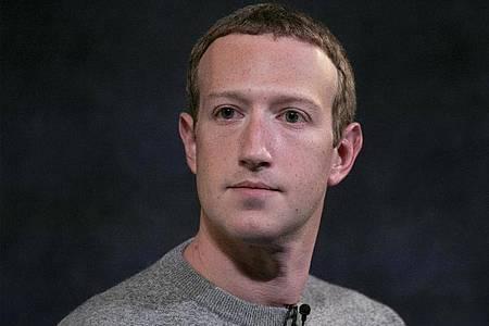 Mark Zuckerberg greift Apples Haltung beim Datenschutz an. Foto: Mark Lennihan/AP/dpa