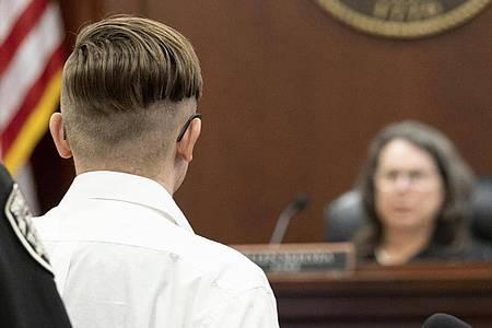 Der Angeklagte (l) steht vor Richterin Ellen McElyea während einer Anhörung vor dem Superior Court of Cherokee County. Foto: Ben Gray/Pool Atlanta Journal-Constitution/AP/dpa