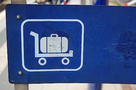 Koffersymbol auf einem Gepäckwagen