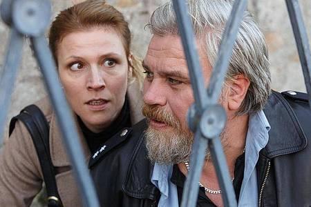 Vorsicht Scharfschütze! Koops (Aljoscha Stadelmann) und die Personenschützerin Claudia Böhm (Franziska Weisz) gehen in Deckung. Foto: Kai Schulz/ARD Degeto/dpa