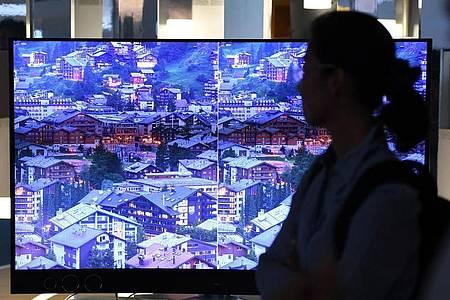 Beobachten lohnt sich: Schon kurz nach Marktstart werden viele TV-Modelle deutlich günstiger. Foto: Andrea Warnecke/dpa-tmn