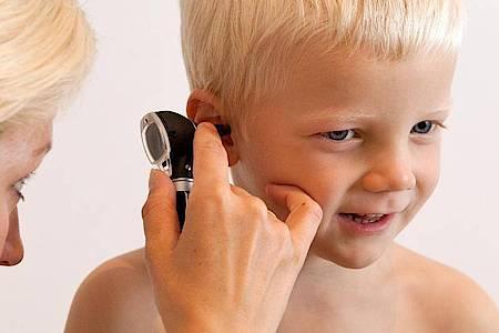 Kinder sind im Allgemeinen häufiger von Mittelohrentzündungen betroffen. Foto: Bodo Marks/dpa-tmn
