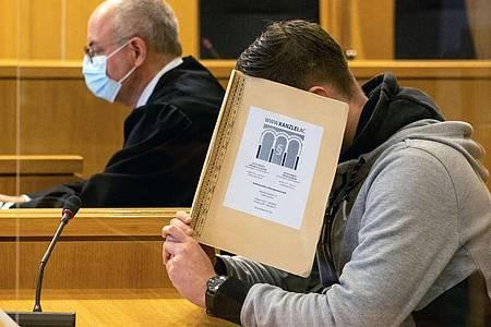 Der 22-jährige Angeklagte im Gericht. Foto: Ralf Roeger/dpa