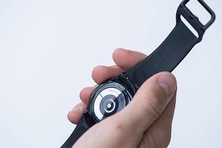 Im Deckel der Uhr stecken die Messsensoren. Der große Ring ist Samsungs sogenannter BioActive Sensor. Foto: Franziska Gabbert/dpa-tmn