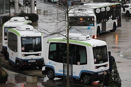 Autonom fahrende, elektrische Busse am Busbahnhof in Monheim. Die Flotte hat mit einem etwas holprigen Start den Linienbetrieb aufgenommen. Foto: Oliver Berg/dpa