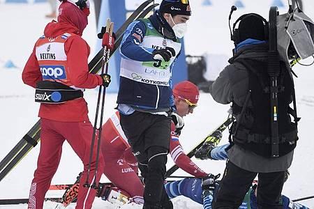 Der Russe Alexander Bolschunow (M.) checkte nach dem Zieldurchlauf seinen Rivalen nieder. Foto: Markku Ulander/Lehtikuva/dpa