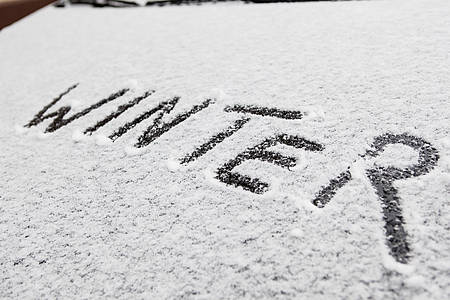 """Schriftzug """"Winter"""" auf einer Autoscheibe"""