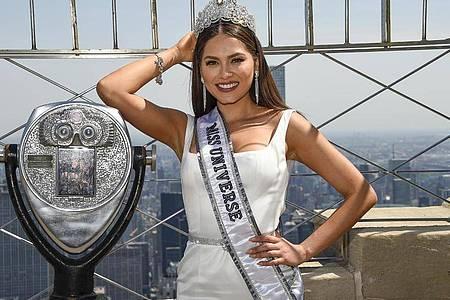 Miss Universe 2020, Andrea Meza aus Mexiko, auf dem Empire State Building in New York. Foto: Evan Agostini/Invision/AP/dpa