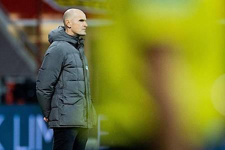 Augsburgs Trainer Heiko Herrlich steht an der Seitenlinie. Foto: Rolf Vennenbernd/dpa