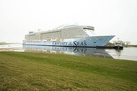 """Das Kreuzfahrtschiff """"Odyssey of the Seas"""" wird von der Meyer-Werft über die Ems in Richtung Nordsee überführt. Foto: Mohssen Assanimoghaddam/dpa"""