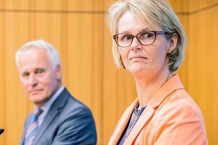 Anja Karliczek (CDU), Bundesministerin für Bildung und Forschung, und Generalsekretär des DSWAchim Meyer auf der Heyde informieren über die Corona-Nothilfe für Studenten. Foto: Michael Kappeler/dpa