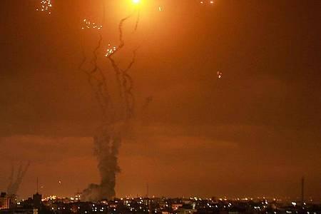 Israels Luftabwehrsystem fängt Raketen ab, die von der islamistischen Hamas aus dem Gazastreifen in Richtung Israel abgefeuert werden. Foto: Mohammed Talatene/dpa