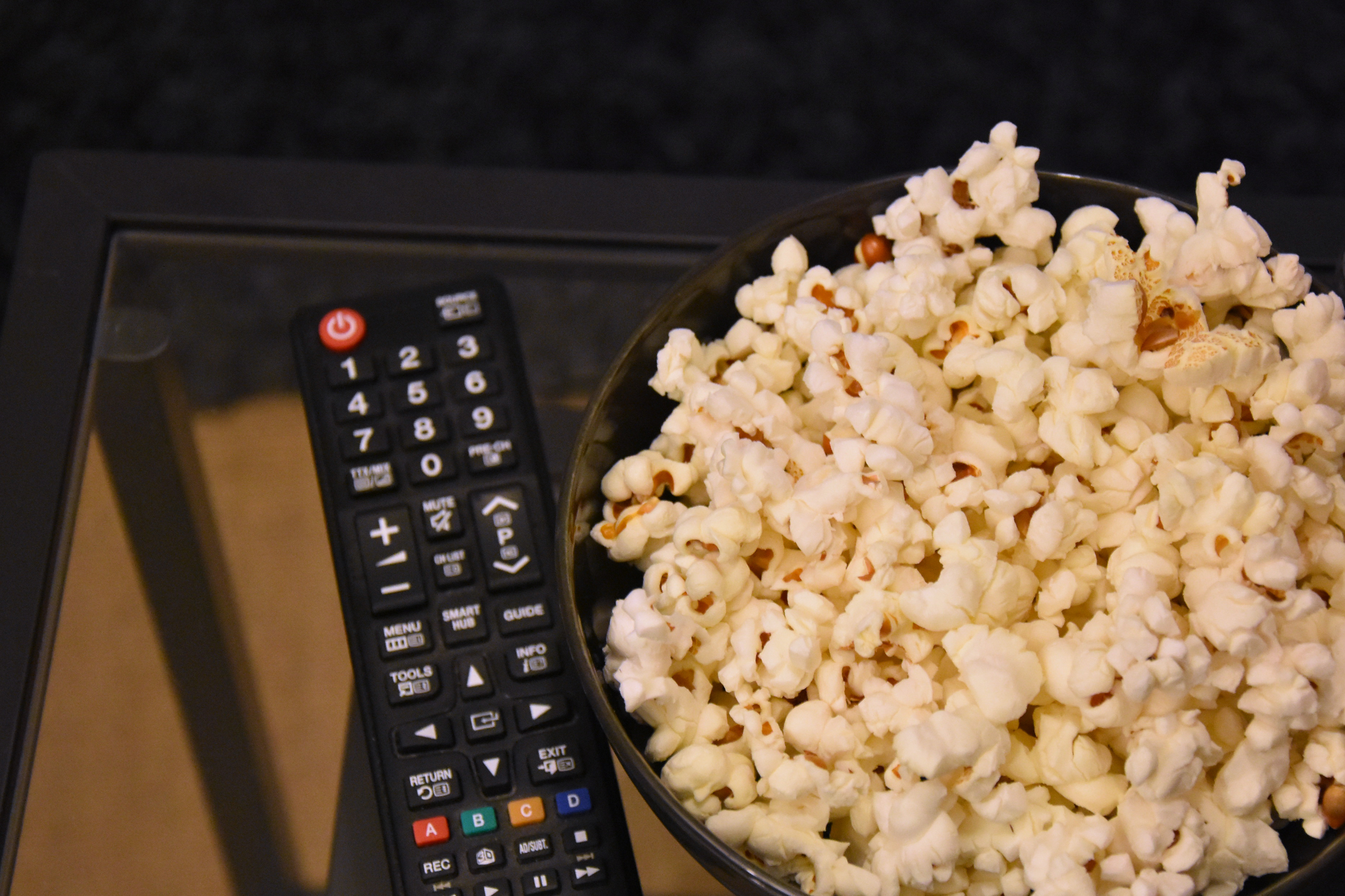 popcorn-fernsehen-snacks