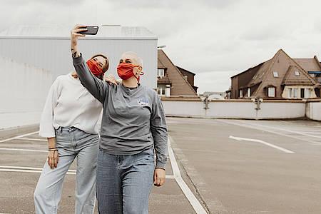 Frauen machen Selfies