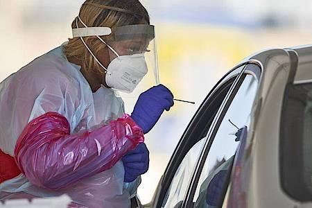 Eine Krankenschwester in den USA testet einen Patienten auf eine Infizierung. Foto: Nati Harnik/AP/dpa