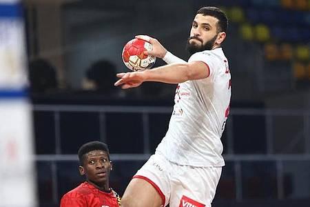 Handballer im Sprungwurf mit Ball in der Hand