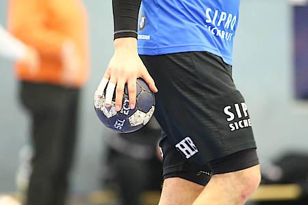 Spieler hält Handball