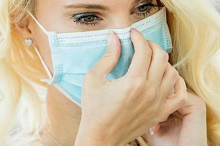 Die Haut im Gesicht ist durch das häufige Tragen eines Mund-Nasen-Schutzes derzeit besonders stark beansprucht. Nun kommt es auf die richtige Pflege an. Foto: Christin Klose/dpa-tmn