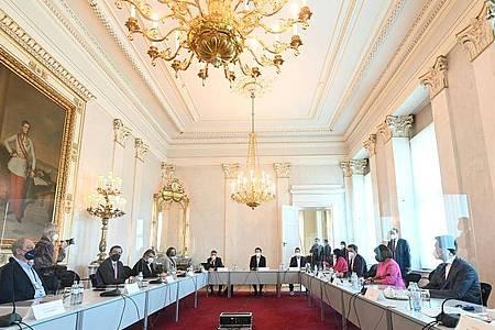 Spitzenrunde zum Thema Öffnungen in der Corona-Krise mit Bundeskanzler Sebastian Kurz (M) im Bundeskanzleramt in Wien. Foto: Helmut Fohringer/APA/dpa