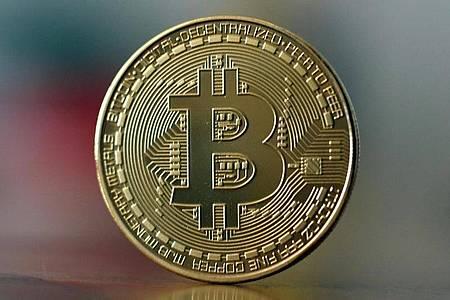 Eine symbolische Bitcoin-Münze. Foto: Ina Fassbender/dpa