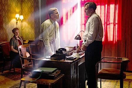Albrecht Schuch (l) als Franz Josef Böhm und Oliver Masucci als Josef Bartok in einer Szene des Films «Schachnovelle». Foto: Julia Terjung/Studiocanal/Walker + Worm Film/dpa