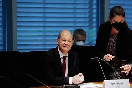 Olaf Scholz (SPD), Bundesfinanzminister, sitzt im Finanzausschuss des Bundestags. Scholz soll Fragen zur Durchsuchung seines Ministeriums im Zusammenhang mit Geldwäsche-Ermittlungen beantworten. Foto: Carsten Koall/dpa