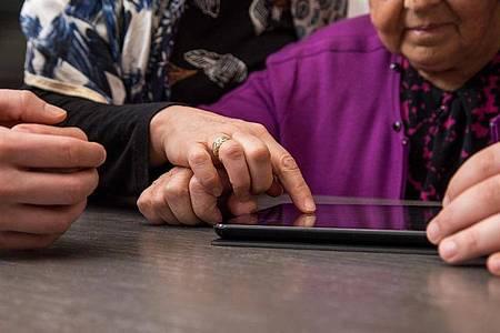 Viele Ältere würden sich in die digitale Welt vorwagen, wenn sie dabei auf Unterstützung vertrauen können. Foto: Christin Klose/dpa Themendienst/dpa-tmn
