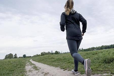 Joggen ist oft eine Qual, die positiven Effekte machen sich erst hinterher bemerkbar. Foto: Robert Günther/dpa-tmn
