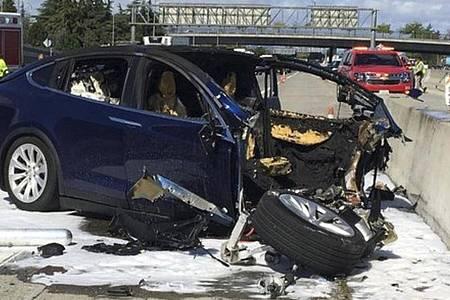 Das Videostandbild zeigt die Unfallszene vom 23.03.2018 in Kalifornien mit einem Tesla-Elektroauto auf dem Highway 101 bei Mountian View. Foto: -/KTVU/dpa