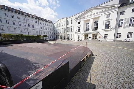 Eine Tribüne ist vor dem Eingang des Deutschen Theaters. Foto: Jörg Carstensen/dpa