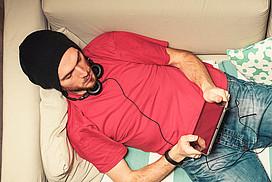 Mann mit Kopfhörern und iPad