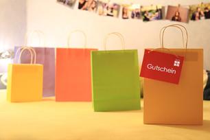 Einkaufstüten mit rotem Gutschein