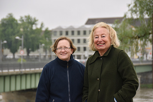 Zwei Frau stehen auf einer Brücke