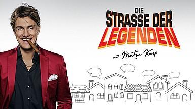"""Foto von Matze Knop mit Schriftzug """"Strasse der Legenden"""""""