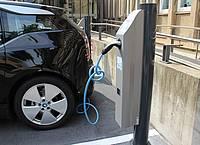 Auto an Elektro-Zapfsäule