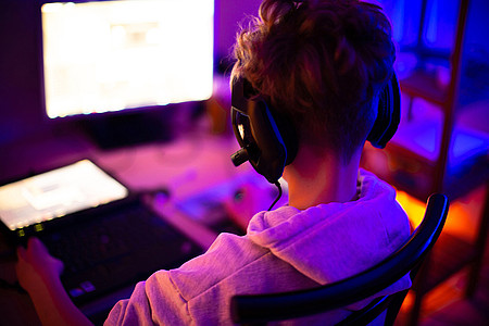 Junge sitzt vor dem Computer
