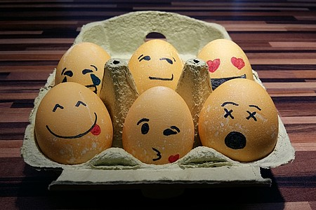 Ostereier als Emojis bemalt