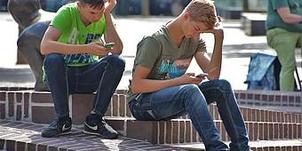 Schüler tippen auf dem Smartphone